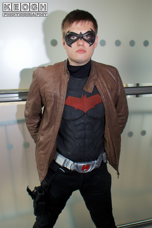 MCM Manchester Comic Con 2016, Cosplay, Cosplayer, Male, DC Comics, DC, Comics, Batman, New 52, Red Hood, Jason Todd, Anti Hero, Villain, Hero, Mask, Leather Jacket, Jacket, Armour, Black, Red, Silver, Brown, Utility Belt, Boots, Pants, Gloves, Guns