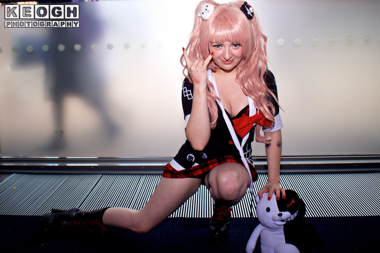 MCM Manchester Comic Con 2016, Cosplay, Cosplayer, Female, Anime, Manga, Dress, Junko Enoshima, Danganronpa, School Girl, Tartans, Jacket, Blouse, Skirt, Boots, Teddy Bear, Teddy, Demon, Wig, Hair Pins, Red, White, Black, Pink