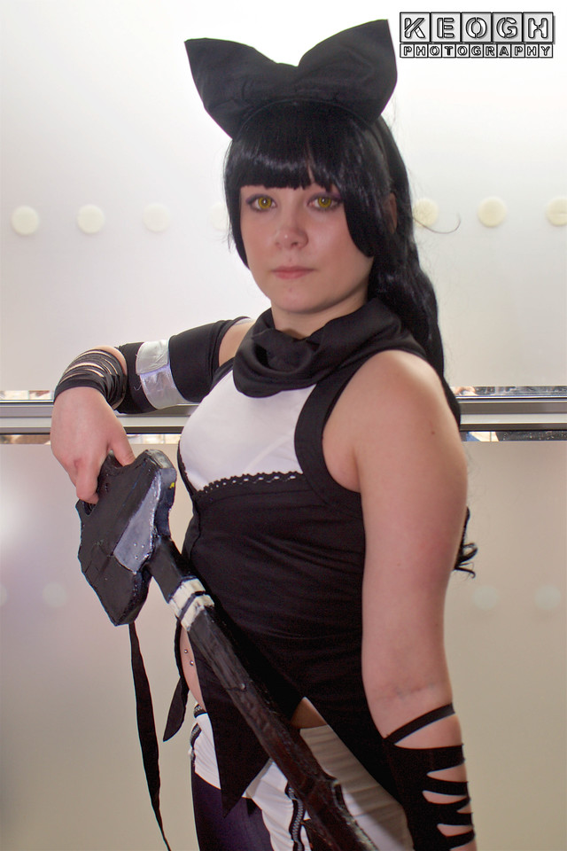 MCM Manchester Comic Con 2016, Cosplay, Cosplayer, Female, Manga, Anime, RWBY, Blake Belladonna, Top, Tank Top, Gloves, Cat Ears, Shorts, Hot Pants, Tights, Boots, Sword, Weapon, Black, White, Purple, Silver