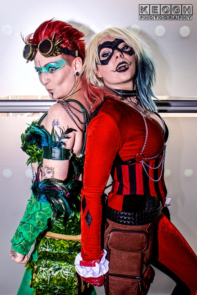Manchester Film & Comic Con 2016, Cosplay, Cosplayer, Female, Comics, DC Comics, DC, New 52, Jumpsuit, Batman, Harley Quinn, Gloves, Bracelet, Chains, Boots, Pants, Leggings, Corset, Gloves, Boots, Chains, White, Black, Red, Purple, Silver, Film, Video Games, Harleen Quinzel, Poison Ivy, Green, Corset, Pants, Shoes, Feathers, Face Paint, Goggles, Arm Guards, Gloves, Shoulder Pads, Red, Vines, Cosplay, Girl Skirt, High Heels, DC Comics, Comics, Leafs, DC, Gun, Chains, Pamela Lillian Isley, Gotham City Sirens, Injustice League, Suicide Squad