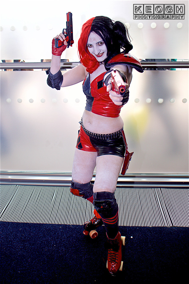 Manchester Film & Comic Con 2016, Cosplay, Cosplayer, Female, Comics, DC Comics, DC, New 52, Batman, Harley Quinn, Roller Derby, PVC, Shoulder Guards, Elbow Guards, Gloves, Knee Guards, 5150, Harlequin, Mallet, Diamonds, Pig Tails, Pigtails, Top, Hot Pants, Wood, Red, Black, White, Black, Guns, Roller Boots, Roller Skates, Skates,