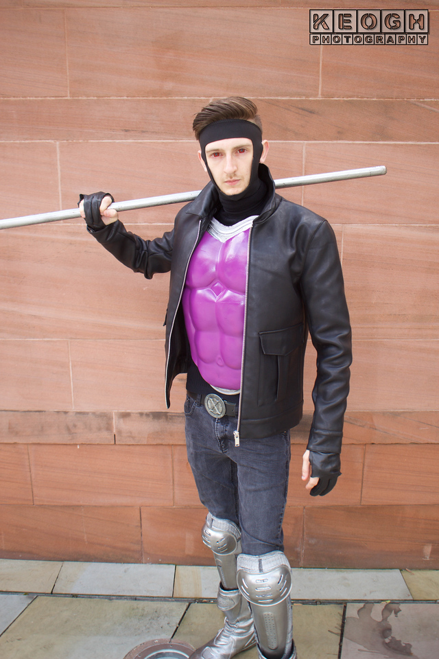 MCM Manchester Comic Con 2016, Cosplay, Cosplayer, Male, Comics, Marvel Comics, Film, TV, Cartoons, Video Games, Gambit, Mutants, X-Men, Uncanny X-Men, Remmy Etienne LeBeau, Jacket, Body Armour, Gloves, Pants, Belt, Boots, Staff, Mask, Leather Jacket, Black, Purple, Silver, Grey