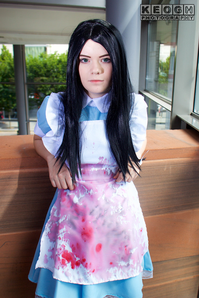MCM Manchester Comic Con 2016, Cosplay, Cosplayer, Female, Alice, Alice In Wonderland, Alice Through The Looking Glass, American McGrees Alice, Alice Madness Returns, Skirt, Apron, Maid, Socks, Leggings, Collar, White, Blue, Blood Stains, Film, Books, Cartoon, Animation, Disney, Video Games