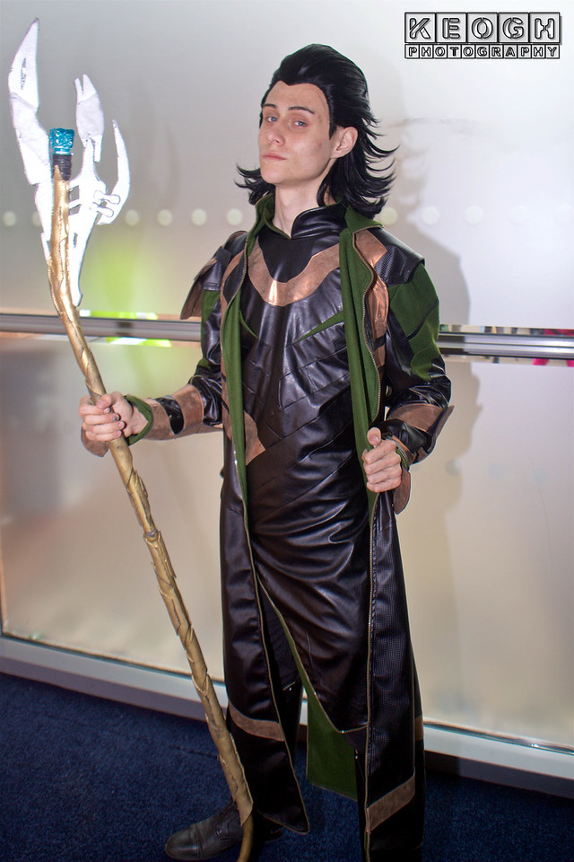 MCM Manchester Comic Con 2016, Cosplay, Cosplayer, Male, Marvel Comics, Marvel, Thor, Loki, Young Avengers, Loki: Agent Of Asgard, Asgard, Odin, God, Villain, Jacket, Coat, Armour, Pants, Arm Guards, Gauntlets, Staff, Boots, Black, Gold, Green, Silver