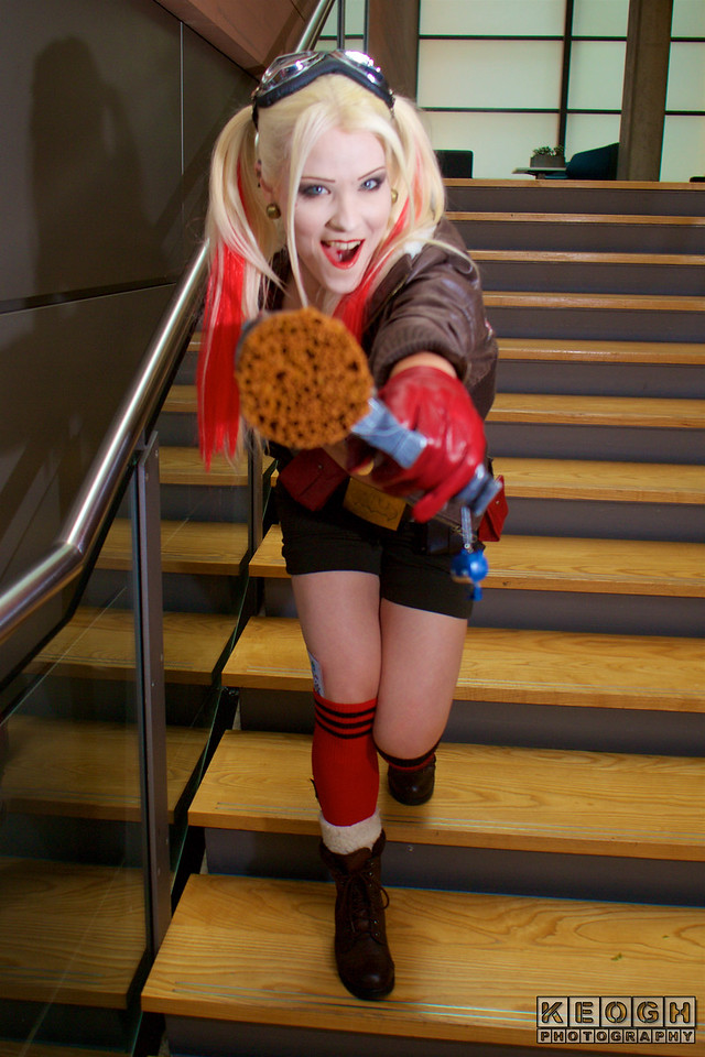 MCM Manchester Comic Con 2016, Cosplay, Cosplayer, Female, DC Comics, DC, Comics, Comics, TV, Animation, Video Games, Films, Harley Quinn, Harleen Quinzel, Batman, The Jocker, Suicide, Squad, DC Bombshells, Bra, Bikini, Shorts, Hot Pants, Gloves, Bomber Jacket, Goggles, Diamond, Leather, Utility Belt, Cork Gun, Pop Gun, Metal, Black, Red, Brown, White, Silver, Gold, Yellow