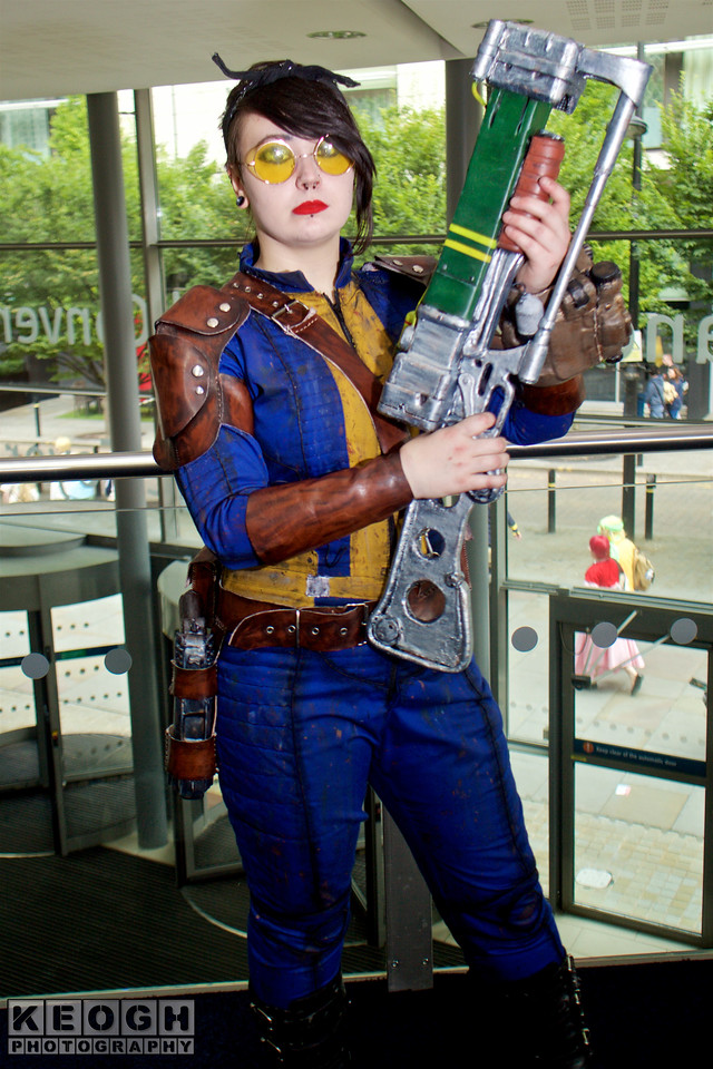 Fallout 3 Vault Girl  MCM Manchester Comic Con 2016, Cosplay, Cosplayer, Male, Video Games, Fallout, Fallout 3, Fallout 4, Vault Girl, Pip-Boy, Vault 111, Survivor, Wasteland, Apocalypse, Hero, Warrior, Armour, Gun, Laser Gun, Pads, Jacket, Straps, Jump Suit, Boots, Glasses, Blue, Yellow, Brown, Silver, Black