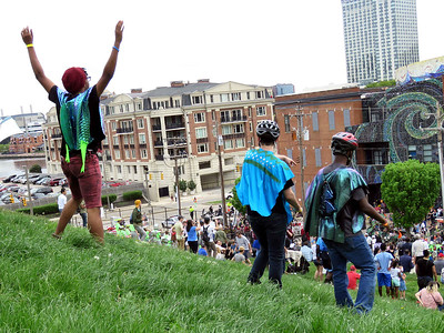 race participants begin by climbing Federal Hill then running down at the sound of the gong
