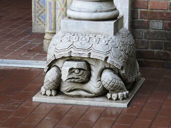 turtle pillar at entrance to Reptile House