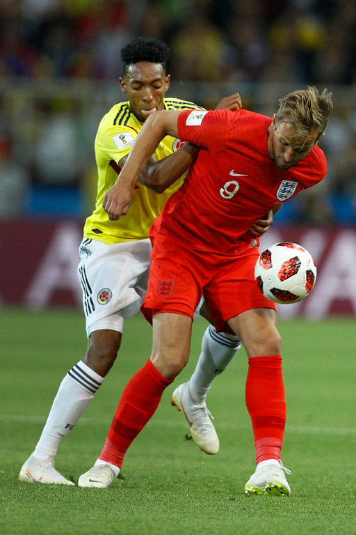 . England\'s Harry Kane, right, battles for the ball with Colombia\'s Johan Mojica during the round of 16 match between Colombia and England at the 2018 soccer World Cup in the Spartak Stadium, in Moscow, Russia, Tuesday, July 3, 2018. (AP Photo/Victor R. Caivano)