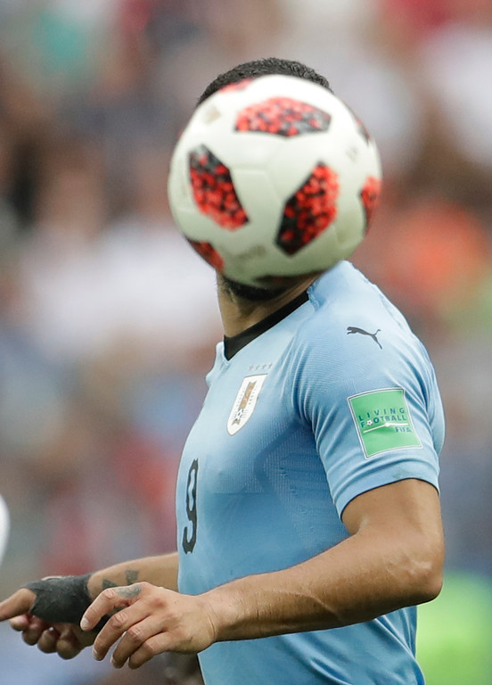 . Uruguay\'s Luis Suarez challenges for the ball during the quarterfinal match between Uruguay and France at the 2018 soccer World Cup in the Nizhny Novgorod Stadium, in Nizhny Novgorod, Russia, Friday, July 6, 2018. (AP Photo/Petr David Josek)