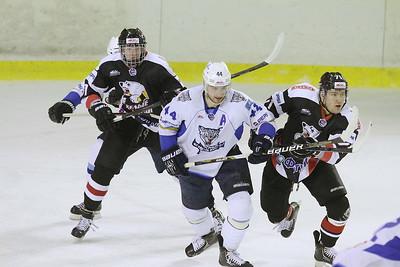 Молодежная челябинская команда МХЛ Белые медведи выиграла у Снежных барсов из Астаны со счетом 7:5