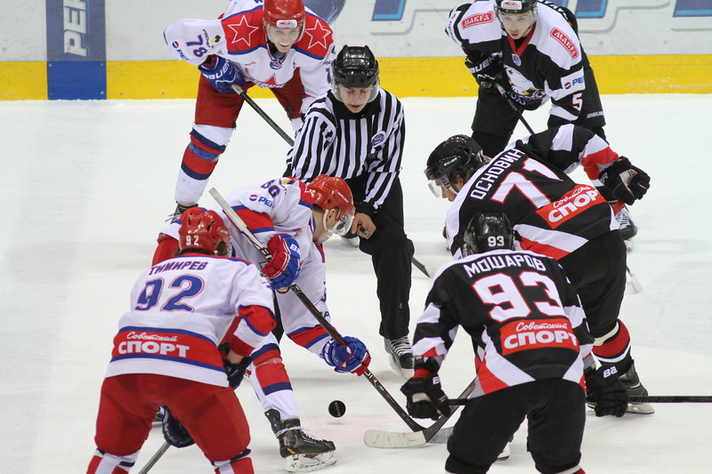 Молодежная челябинская команда МХЛ Белые медведи одержала победу над Красной армией из Москвы со счетом 3:2.