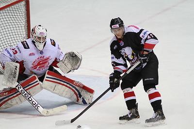 Молодежная челябинская команда МХЛ Белые медведи выиграла пятый решающий матч серии лпей-офф у Омских ястребов со счетом 4:1.