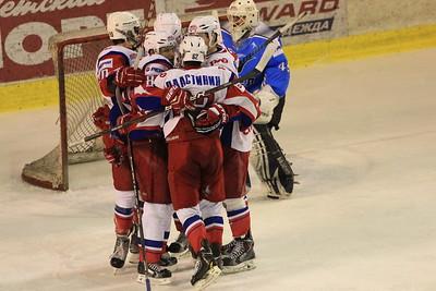 Челябинский Мечел проиграл у себя дома второй раз подряд ярославской команде Локо-Юниор в полуфинале первенства Молодежной хоккейной лиги.