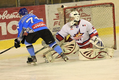 В первенстве Молодежной хоккейной лиги челябинская команда Мечел обыграла на своем льду Ижевскую сталь со счетом 7:1.