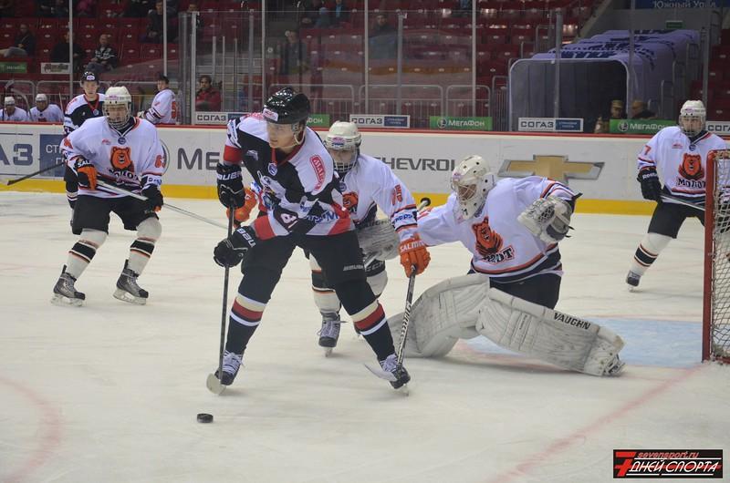 Молодежная челябинская команда МХЛ Белые медведи выиграла у пермского Молота со счетом 4:1