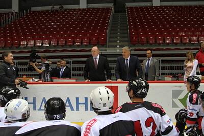 Исполняющий обязанности губернатора челябинской области Борис Дубровский посетил тренировку молодежной челябинской команды МХЛ Белые медведи.