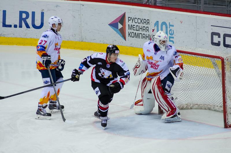 Челябинская молодежная команда МХЛ Белые медведи выиграла со счётом 5:0 в третьем матче второго раунда плей-офф у магнитогорской команды Стальные Лисы.