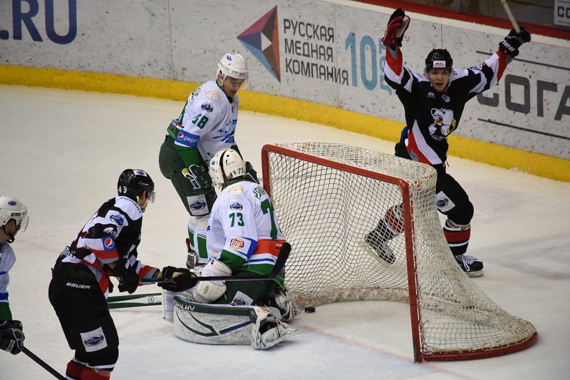 Молодежная челябинская команда МХЛ Белые медведи выиграла по буллитам со счётом 6:5 у уфимского Толпара.