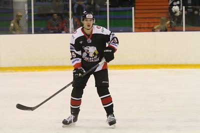 Молодежная челябинская команда МХЛ Белые медведи выиграла в Новосибирске у Сибирских снайперов со счётом 4:3.
