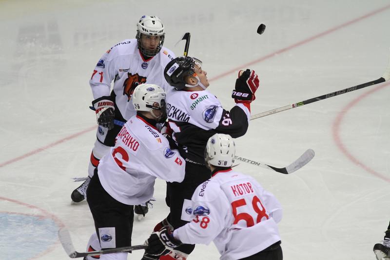 Челябинская молодёжная команда МХЛ Белые медведи у себя дома проиграла со счётом 0:4 Кузнецким медведям из Новокузнецка.