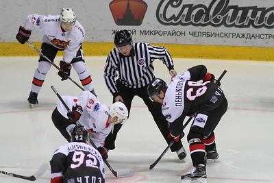 Челябинская молодёжная команда МХЛ Белые медведи у себя дома разгромила Кузнецких медведей из Новокузнецка со счётом 7:1.