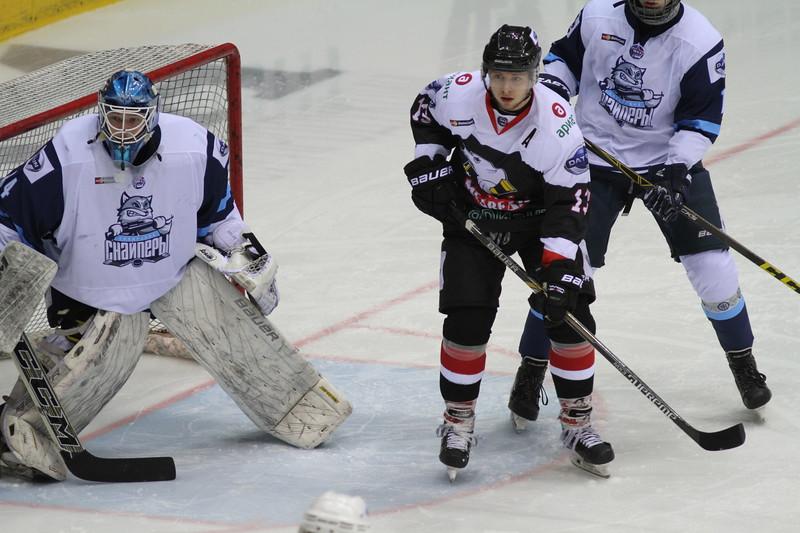 Челябинская молодёжная команда МХЛ Белые медведи проиграла у себя дома со счётом 2:3 Сибирским снайперам из Новосибирска.