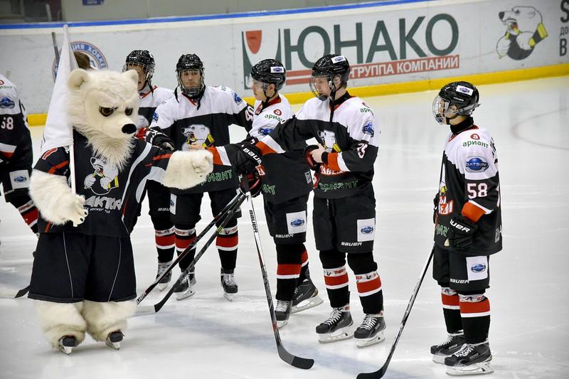 Челябинская молодёжная команда МХЛ Белые медведи дважды проиграла в Омске местным Омским Ястребам.