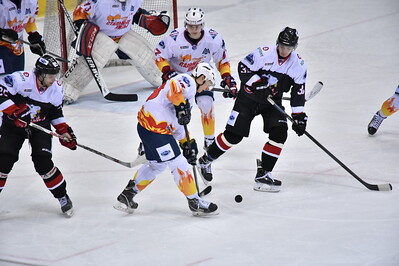 Челябинская молодёжная команда МХЛ Белые медведи проиграла у себя дома Стальным лисам из Магнитогорска со счётом 1:3.
