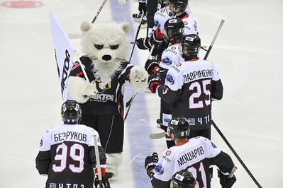 Челябинская молодёжная команда МХЛ Белые медведи проиграла у себя дома Снежным барсам из Астаны со счётом 2:4.
