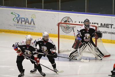 Челябинская молодёжная команда МХЛ Белые медведи проиграла в овертайме в Оренбурге местной команде Сарматы.