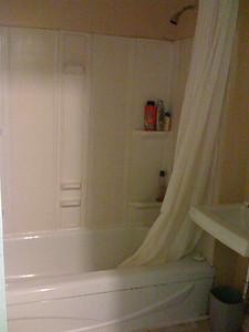 salle de bain partagée par 4 personnes shared bathroom by 4