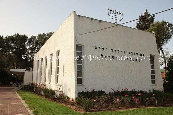 ISRAEL, Moshav Beit Gamliel. Beit Haknesset HaMerkazi. (2.2010)