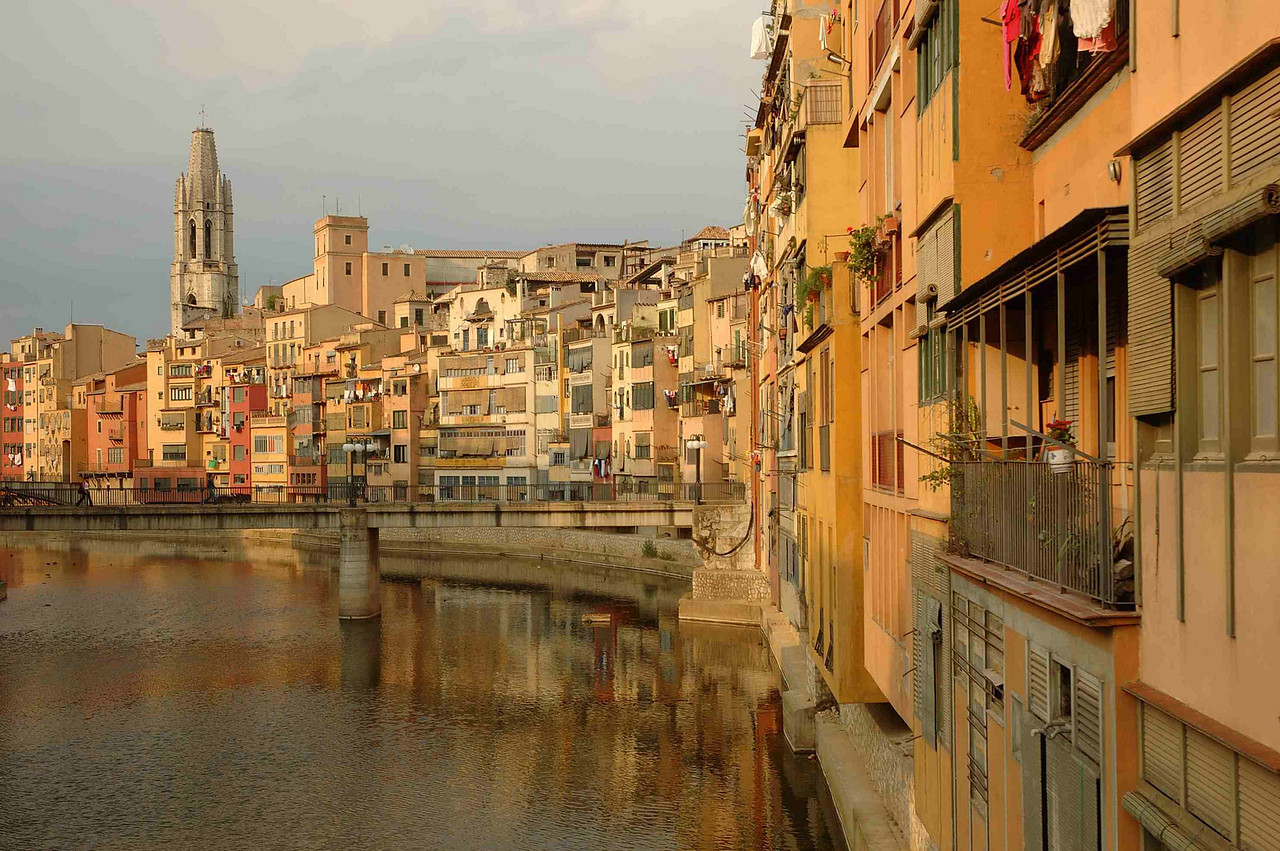 The Riu Onyar carves  stately course through old Girona town.