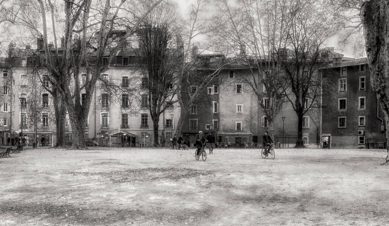 GRENOBLE SQUARE IN BLACK AND WHITE