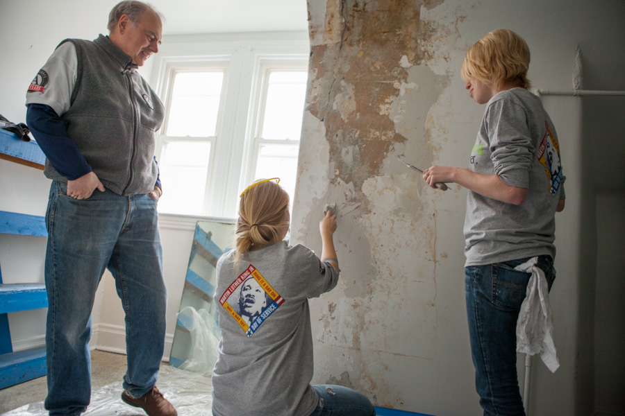 Director of AmeriCorps Bill Basl and AmeriCorps members serving on MLK Day 2014. Photo by Henry Scott.