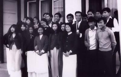 Lớp  11B   tiệc chia tay Thầy Hoàng Khôi đi Úc du học năm  1972 (nhà Lương Xuân Yến)