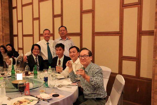 Nguyễn Nam Hùng (đứng, đeo cà vạt), Thanh (ngồi, áo vét đen, không đeo kính)