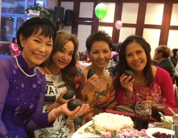 Đặng Thị Cung, Đỗ Mùi, Trần Băng Thanh, Sonia Thanh Thủy (trái bơ do NHS tặng)
