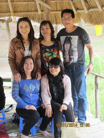 Ngồi: Hà, Tín. Đứng: Vy,  vợ chồng Vũ Tiến Nam