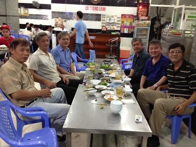 Trái: Văn Công Nam, Nguyễn Đình Tài. Phải: Bùi Mạnh Hùng, Phạm Minh Cường, Trần Kỷ Thu