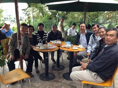 trái: Phạm Minh Cường, Trần Thu Cúc, Nguyễn Thị Thành, Đặng Mậu Phước,. phải: Võ Tấn Hưnng, Trần Văn Đồng, Nguyễn Hùng, Đặng Mậu Phước