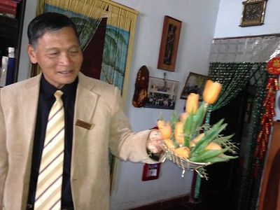 Thầy Phan Nam với giỏ hoa Thầy CBA tặng 40 năm về trước