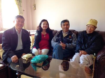 Phạm Minh Cường, Nguyễn Thị Dung, Võ Tấn Hưng thăm thầy Nguyên