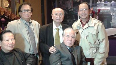 Thầy Nguyễn Văn Thành (đứng, trái), Thầy Phạm Kế Viêm (ngồi, phải)