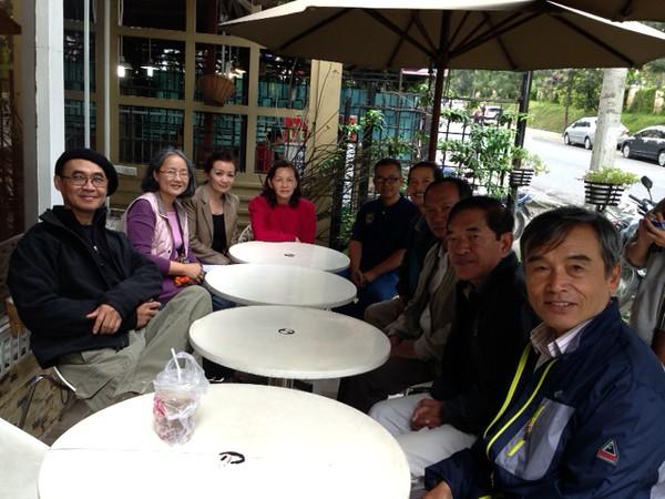 trái: Sanh, Thúy Hoa (TVS phu nhân),Thu Cúc, Đỗ Thị Thu. phải: Hưng, Thuận, Hớn, Đồng, Sơn