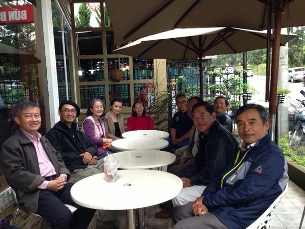 trái: Phạm Minh Cường, Trần Văn Sanh, Thúy Hoa,Thu Cúc, Đỗ Thị Thu. phải: Hưng, Thuận, Hớn, Đồng, Nguyễn Hoàng Sơn