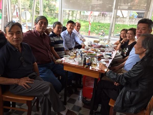 trái: Võ Tấn Hưng, Nguyễn Chấn Thành, Đặng Mậu Phước, Phạm Minh Cường, Thầy An. phải: Bửu Đàn, Trần Thu Cúc, Đỗ Thị Thu