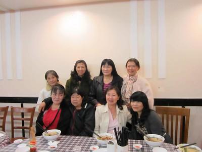 đứng: Xuân Yến, Hồng, Thu, Nhung. ngồi: Hoàng, Thanh, Lan, Tín