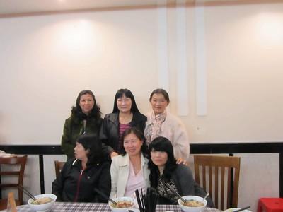 đứng: Hồng, Thu, Nhung. ngồi: Thanh, Lan, Tín